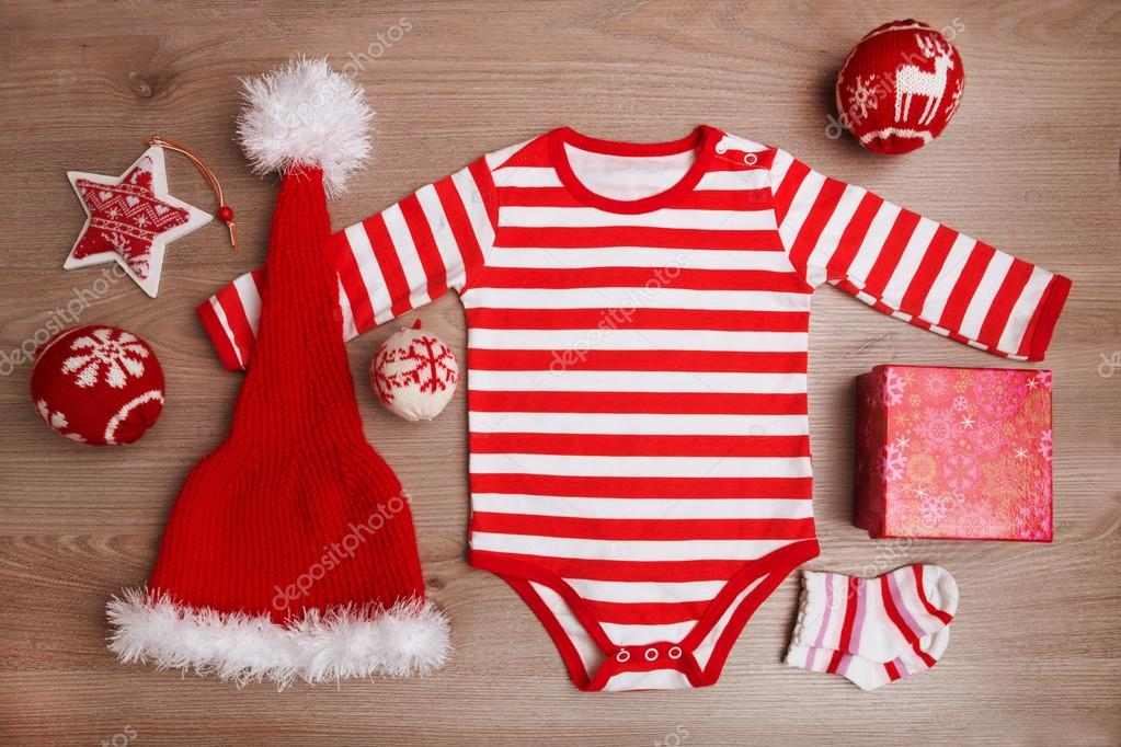 Babykleding Voor Kerst.Kerst Babykleding Met Kerstmis Sieraden Op Houten Achtergrond Santa