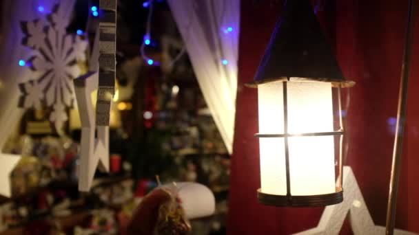 Schaufenster mit Laterne und Weihnachtsdekoration.