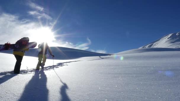 Skitourengeher gehen bergauf