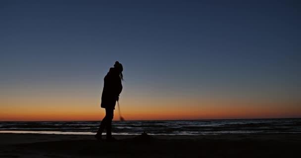 dívka hraje golf na pláži