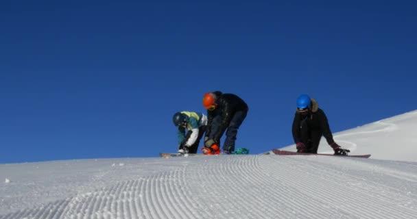 Snowboarder machen sich bereit für die Piste