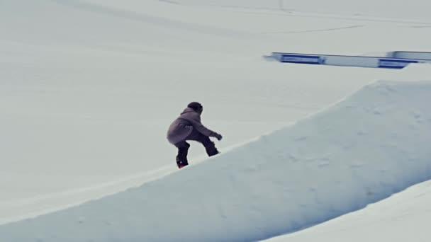 Freestyle snowboardista na můstek