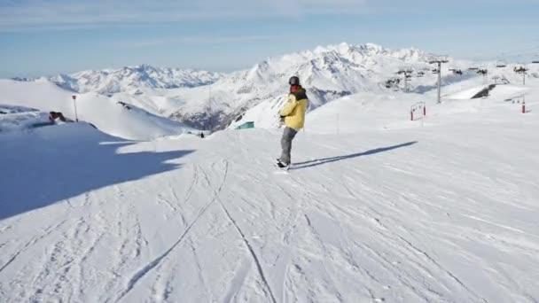 Snowboarder springt im Snowpark