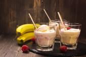 Osvěžující koktejl s kopečky zmrzliny, Malina a banánové mléko