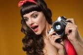 pin-up girl s retro fotoaparát
