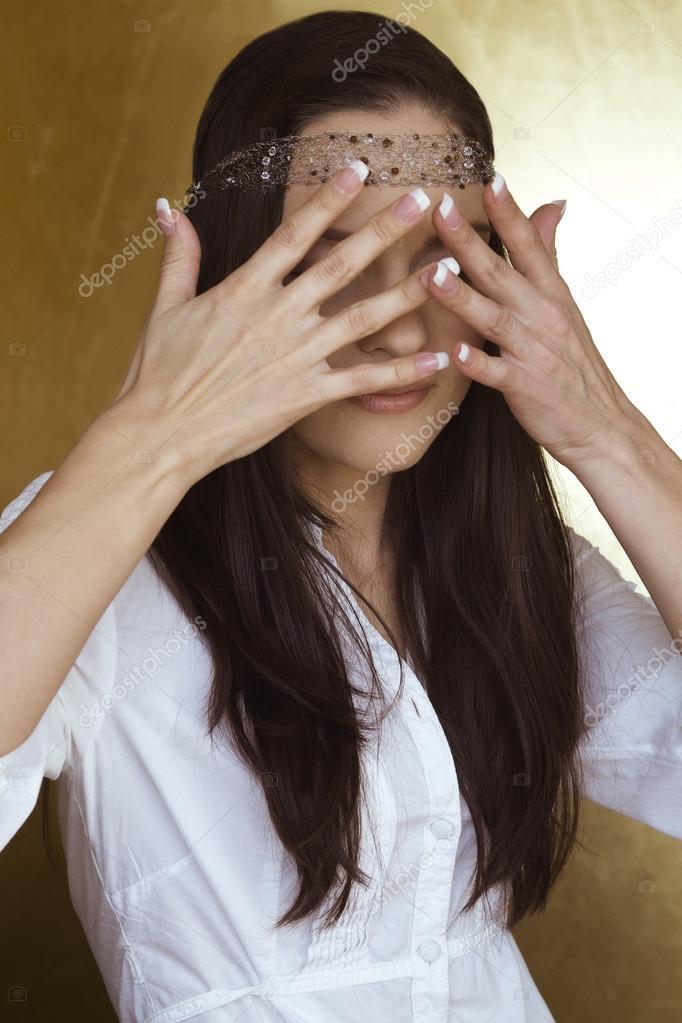 члены коммуны девушка закрывает лицо руками от струи спермы что она будет