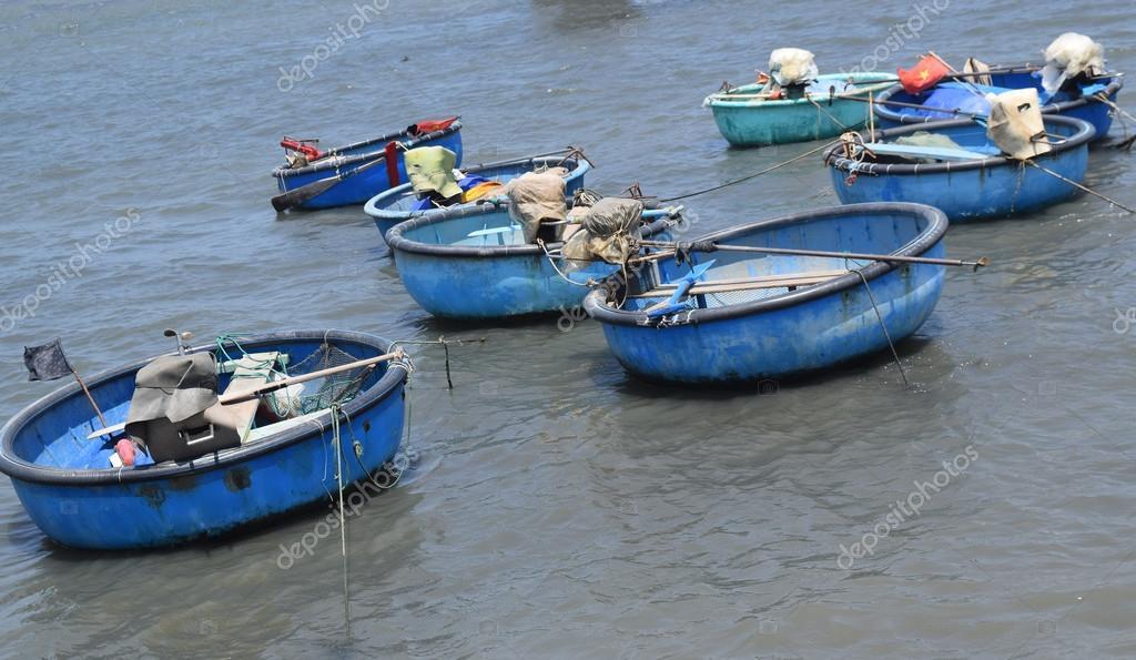 Отважные рыбачьи лодки тоже скрылись по бухтам гончаров