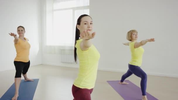 Ezzel együtt a gyakorlat szőnyeg az edzőteremben kobra póz jóga