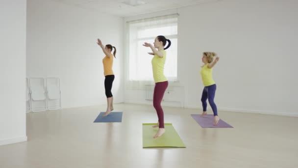 Póz elvégzésében, gyakorlat jóga mats az edzőteremben