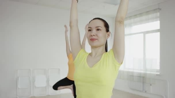 Jóga třídy skupina žen vykonávajících zdravého životního stylu ve fitness studiu