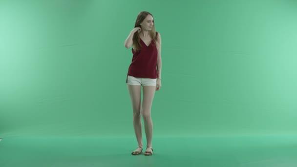krásná dívka tančí na zelené obrazovce