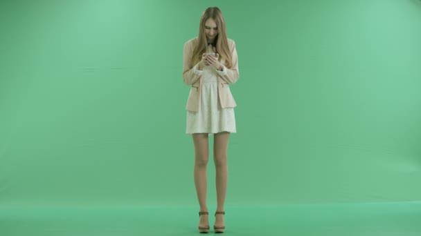 krásná dívka na zelené obrazovce zadejte zprávu