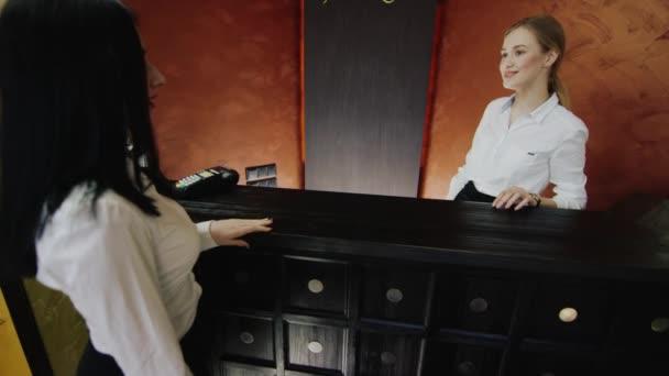 recepční splňuje zákazník