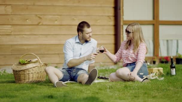 romantický pár pití vína
