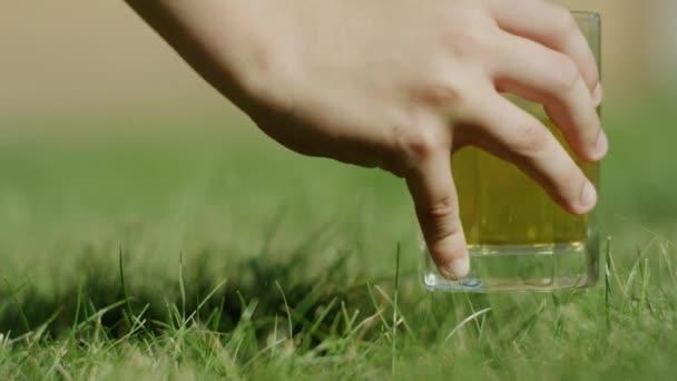 Cola s pozadím kostky ledu. Colu s ledem a bublinky ve sklenici. Closeup sodu. Jídlo pozadí
