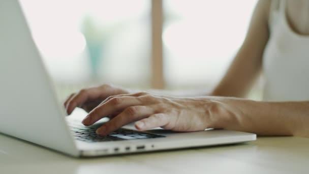 rukou ženy pracují na přenosném počítači