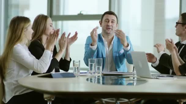 obchodní tým radovat úspěch a tleskám