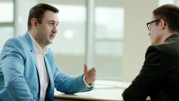 dva podnikatelé mluví