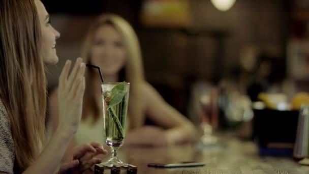 Cocktail durch einen Strohhalm trinken