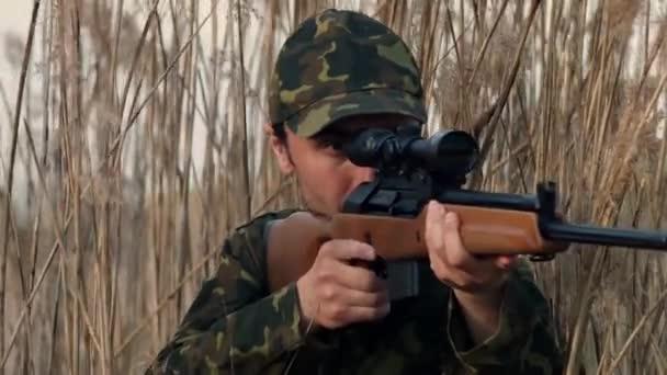 A vadász a lövés helyzetben van