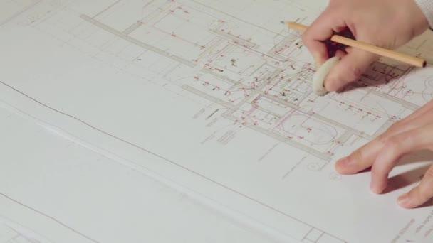 Člověk odstranit poznámky o plánu budovy