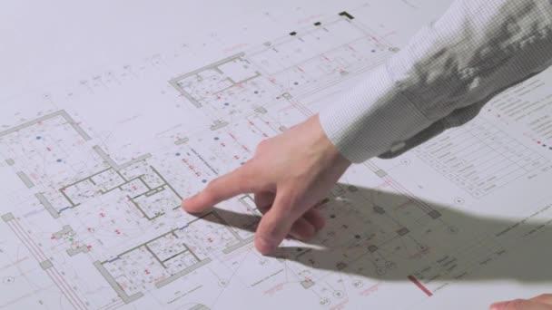 Architekt kontroluje plán budovy