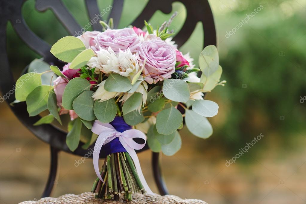Hochzeitsstrauss Lila Weiss Und Rosa Blumen Auf Den Jahrgang Stuhl