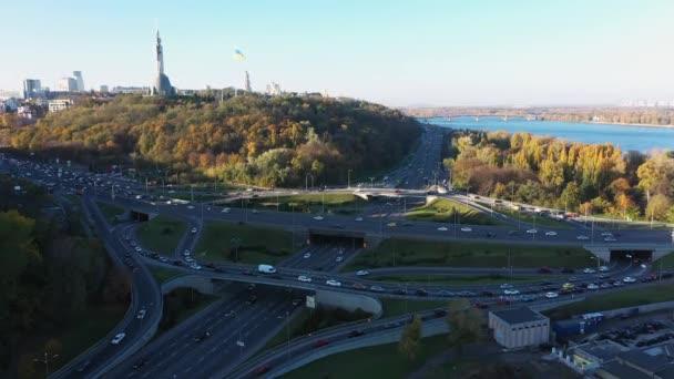 Letecký pohled na křižovatku turbín v Kyjevě. Cityscape na podzim.