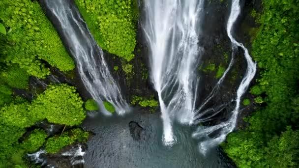 Nádherný tropický vodopád na Bali, Indonésie