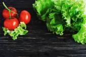 Rajčata na révu a salátem