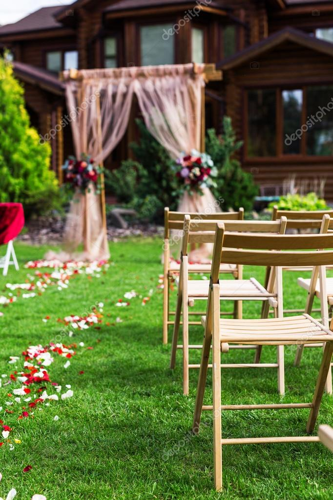 Hermoso marco para la ceremonia de la boda al aire libre. Decoración ...