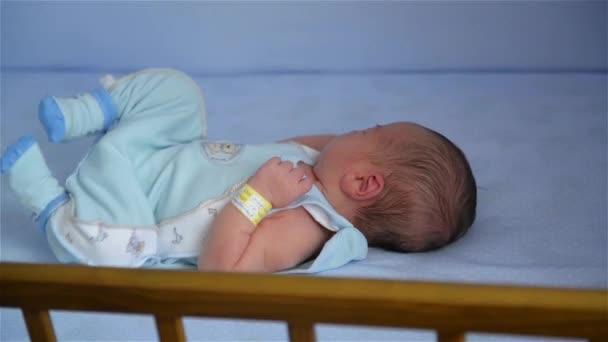 Nové narozené dítě v dřevěných společné spaní postýlka, dítě spí