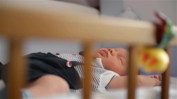 Új született gyermek fa társ alvó kiságy, csecsemő, alvás