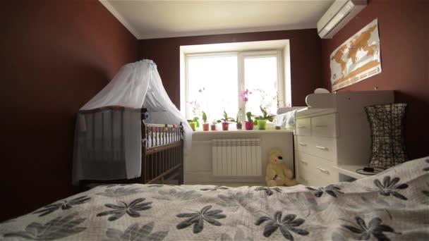 Školící místnost pro novorozence, dětská postýlka