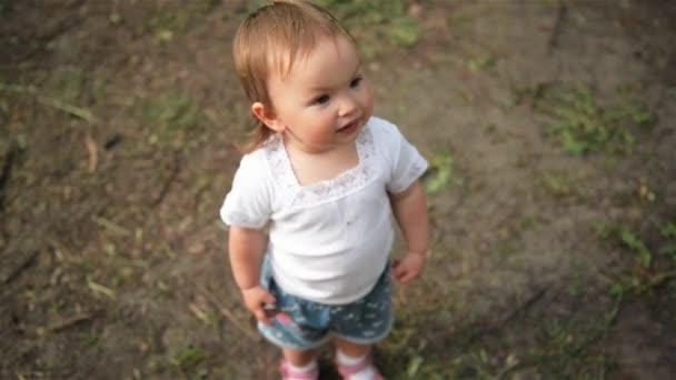 Krásné dítě se směje v parku, zblízka