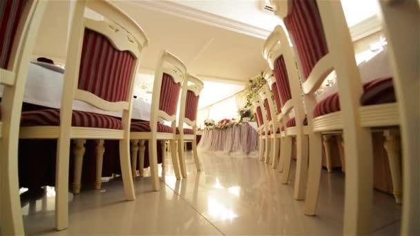 gedeckter Tisch für ein Hochzeitsessen, schöne Tischdekoration