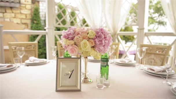 gedeckter Tisch für ein Hochzeitsessen, schöne Tischdekoration im Freien
