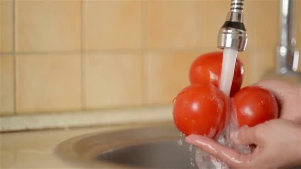 Frau Waschen von Gemüse in der Küche zu Hause
