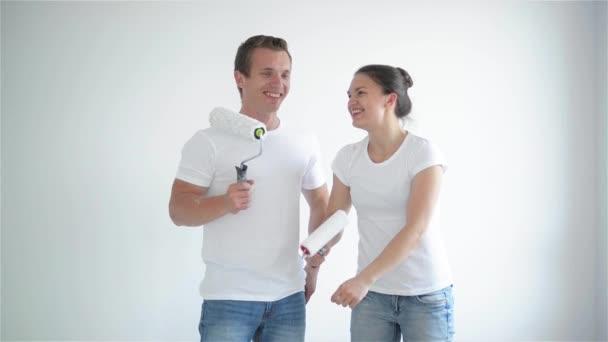 Der Mann Und Das Mädchen Fertig Streichen Der Wände U2014 Stockvideo
