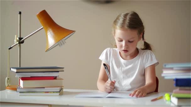 Školačka dělat domácí úkoly a přípravu na zkoušky, roztomilé děti její poučení