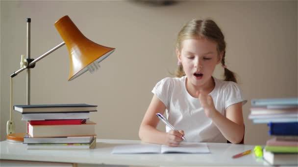 Dívka, poučení, roztomilá dívka, takže její domácí úkoly, školačka studium doma u stolu