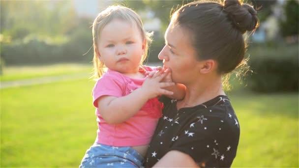 Mladá, krásná matka objímání a uklidňující svou malou dceru, máma obejme dítě, Žena zklidňuje dívka