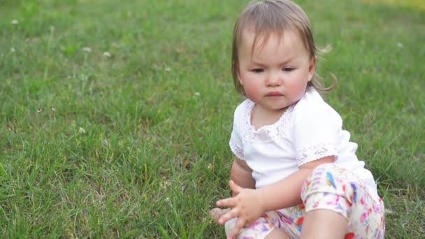 Plačící dítě v parku, roztomilá dívka, bohužel tráví čas venkovní na teplý letní den
