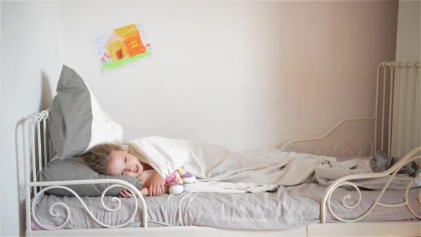 Boy vyvolá polštář v dívka, která spí, Happy, směje se bratr a sestra s polštář boj