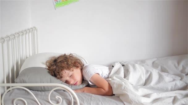 Matka probuzení svého syna, Žena probuzení jejího syna v posteli s úsměvem