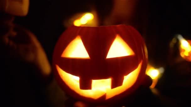 Halloween tök égő gyertyával, ijesztő arccal