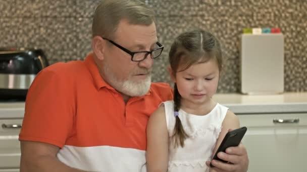 Großvater und Enkelin suchen sich im Online-Shop ein Geschenk für das Mädchen aus. Moderne Möglichkeiten.