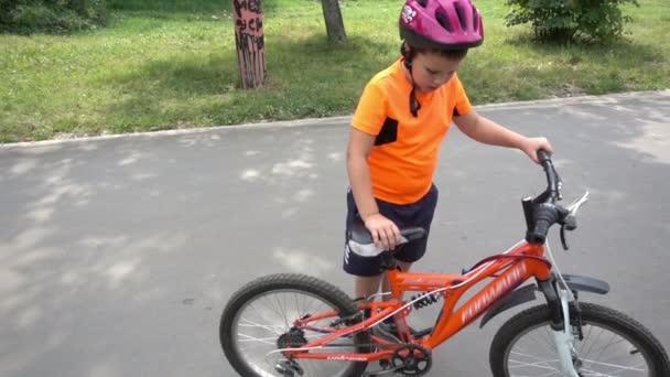 Fiú túrák kerékpár helyezi a középpontba, ahogy közeledik a kamera.