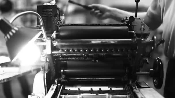 Tiskárna v tiskárně v černé a bílé