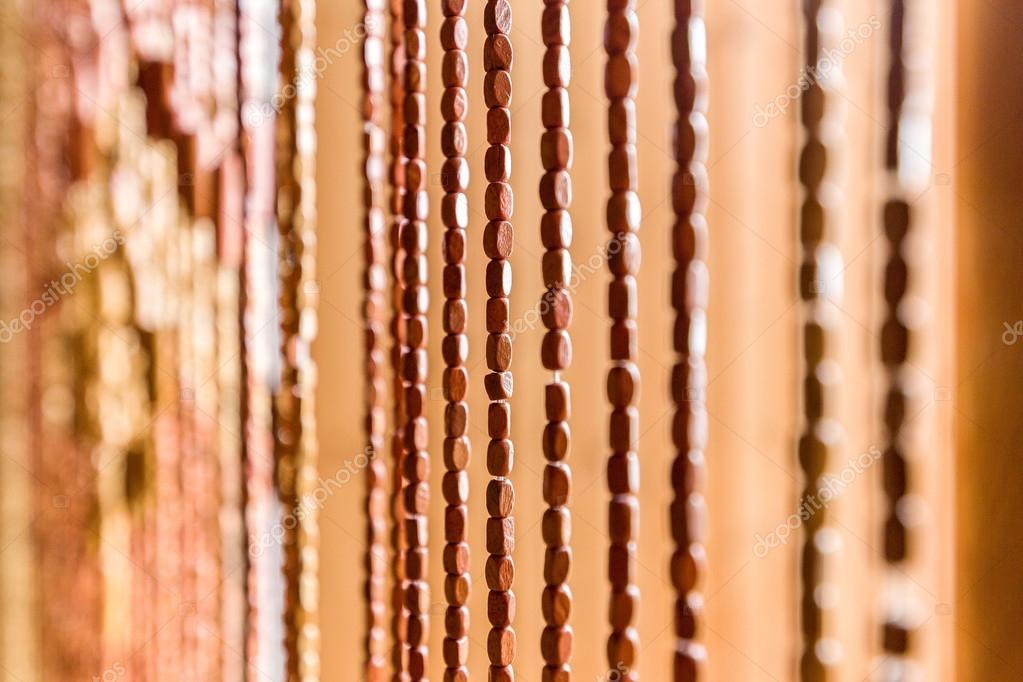 https://st2.depositphotos.com/8158258/11150/i/950/depositphotos_111505884-stockafbeelding-interne-gordijn-van-houten-kralen.jpg